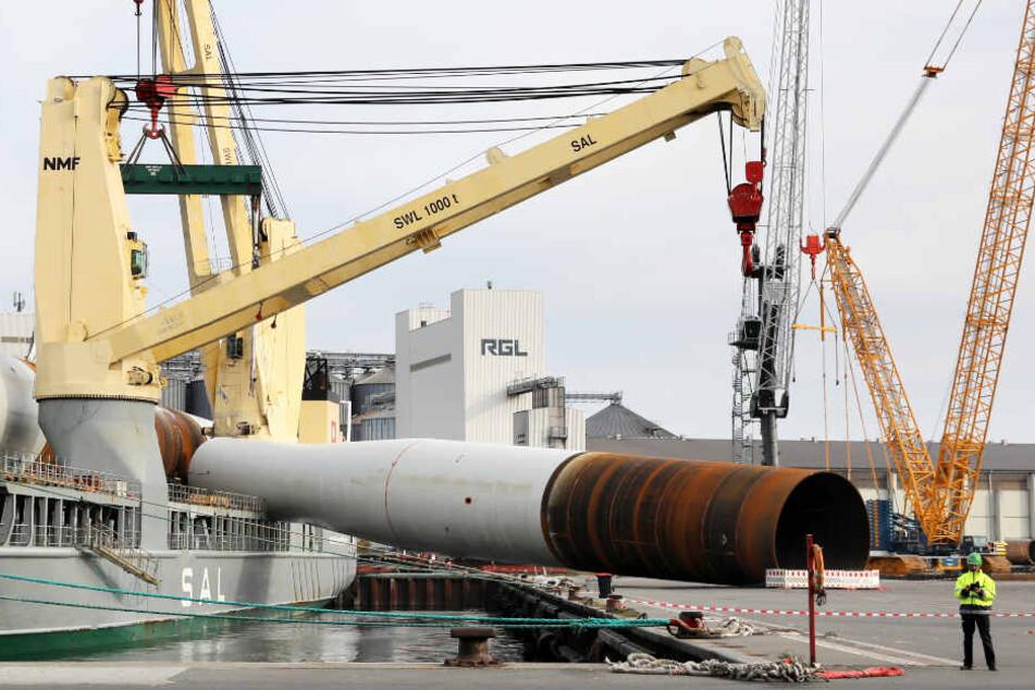 Das riesige Rohr stürzte beim Verladen im Rostocker Hafen auf Kaikante und Frachter.