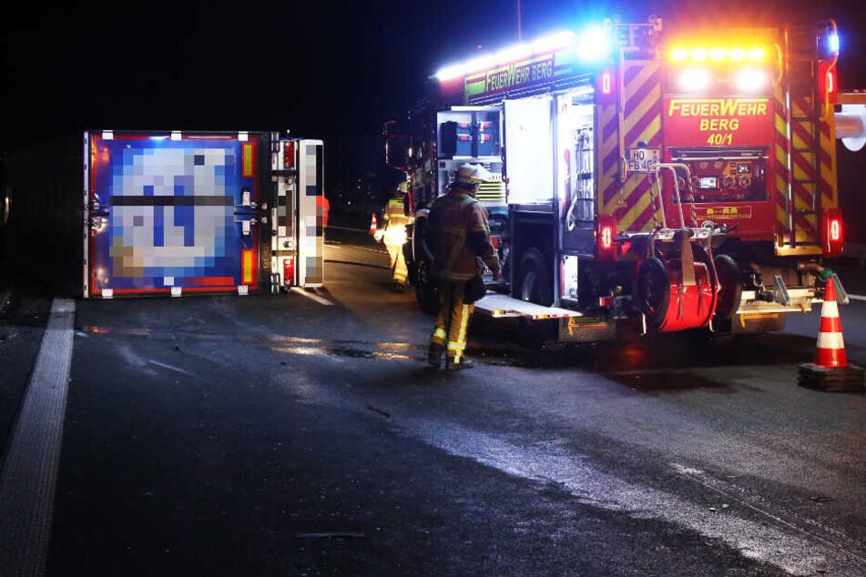 Ein Lastwagen ist auf der A9 umgekippt, der Fahrer wurde bei dem Unfall verletzt.