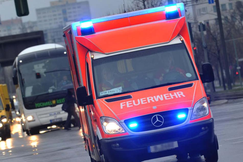 Der verletzte Mann musste mit mehreren Knochenbrüchen im Gesicht in ein Krankenhaus gebracht werden. (Symbolbild)