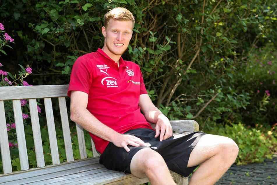 Den Platz auf der Bank nimmt er nur für den Fototermin ein: Gerrit Wegkamp will in dieser Saison für den FSV Zwickau auf Torejagd gehen.