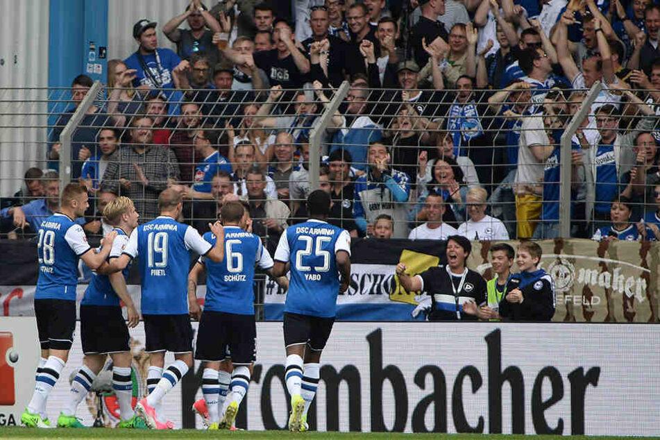 Staude leitete das Eigentor der Braunschweiger zum 1:0 ein und ließ sich von den Fans feiern.