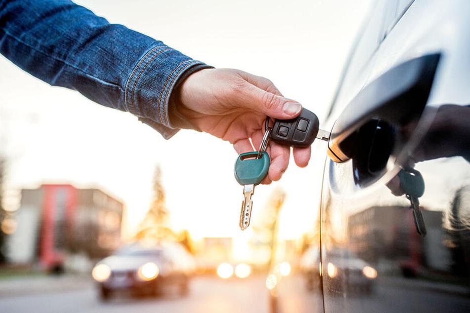 Paar bringt kaputten Wagen ins Autohaus: Mit dem Leihwagen hat es nichts Gutes vor