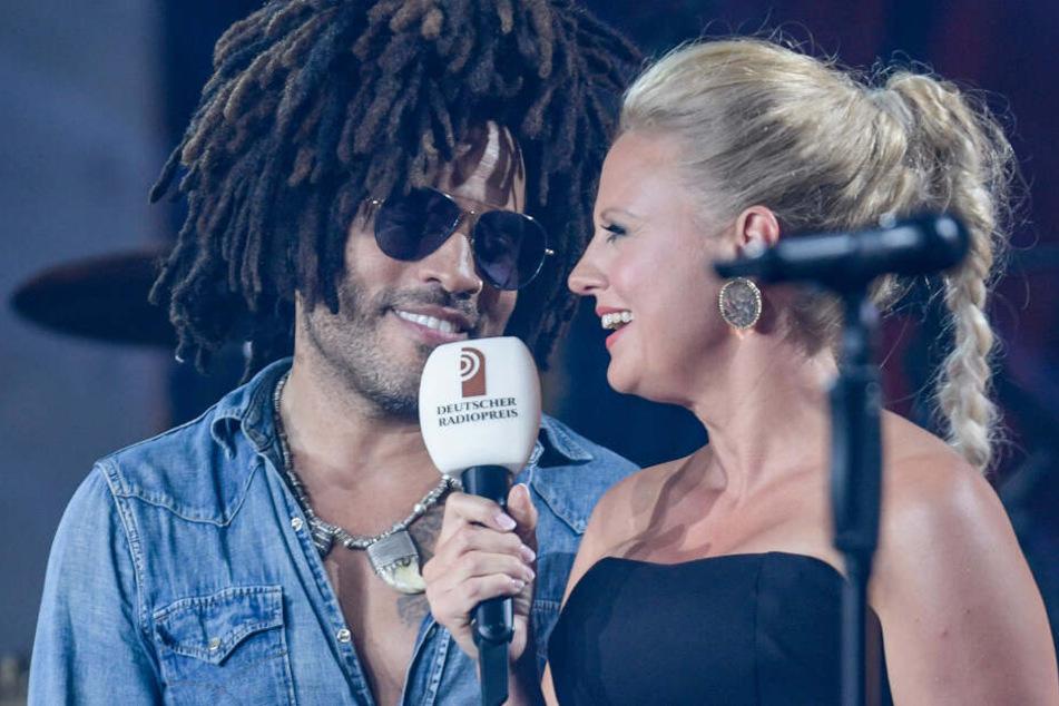 Moderatorin Barbara Schöneberger (rechts) und Lenny Kravitz bei der Verleihung des Deutschen Radiopreises.