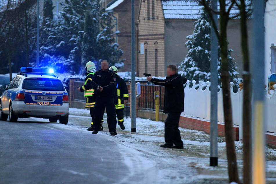 Zwei Polizisten zückten während des Einsatzes die Waffen.