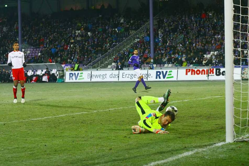 Glück für Torhüter Michael Rensing (Düsseldorf), der Schuss von Aues Köpke prallt vom Pfosten ins Spielfeld zurück.