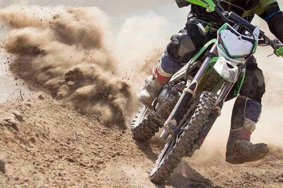 Der 15-Jährige hatte beim Überspringen einer Kuppe die Kontrolle über sein Motorrad verloren. (Symbolbild)