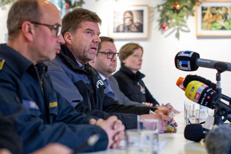 Kai Günther (l-r), Feuerwehr, Gerd Hoppmann, Erster Kriminalhauptkommissar Polizei Krefeld, Frank Meyer (SPD), Oberbürgermeister von Krefeld, und Zoosprecherin Petra Schwinn.