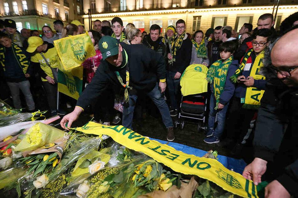 Die Fans des französischen Fußball-Erstligisten FC Nantes versammelten sich, um dem argentinischen Fußballspieler Emiliano Sala zu gedenken.
