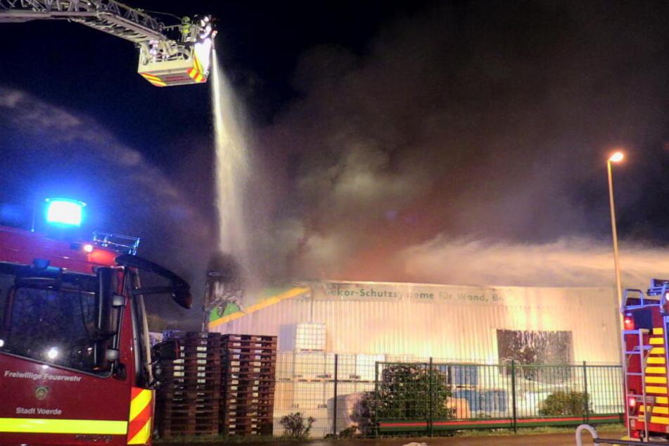 Bis zu 50 Meter hoch war die Rauchsäule bei einem Lagerhallenbrand am späten Dienstagabend in Voerde.