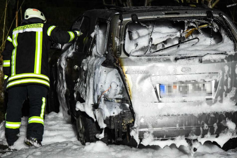 Brandstiftung? Auto brennt komplett aus