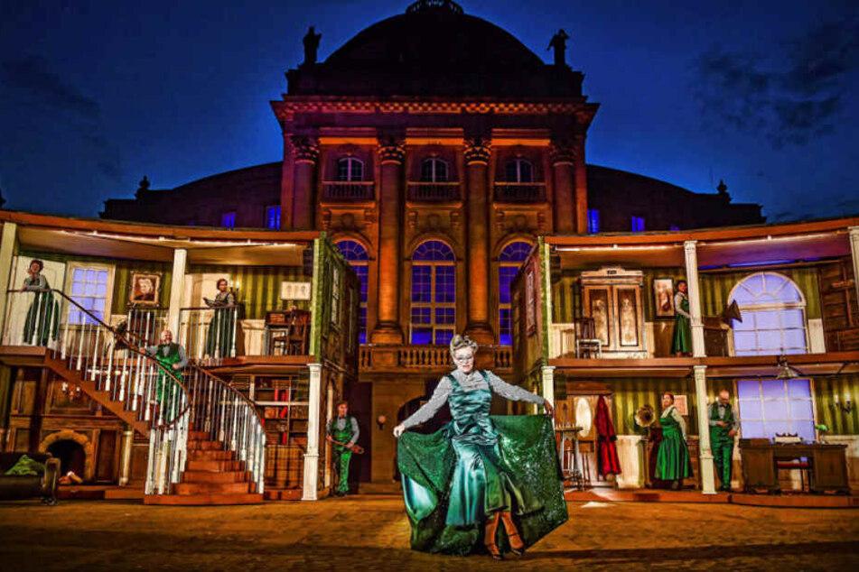 """Szene aus """"My Fair Lady"""": Das Musical lockte vorigen Sommer rund 10.000 Menschen zu sechs Vorstellungen auf den Theaterplatz."""