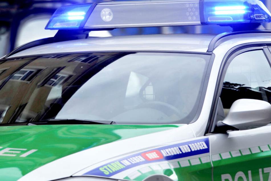 Maserati-Fahrer fährt einfach über rote Ampel und kollidiert mit Polizeiauto