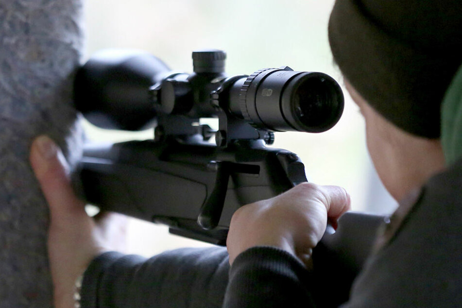 Noch ist unbekannt, wer der Schütze war und um welche Waffe es sich handelte. (Symbolbild)