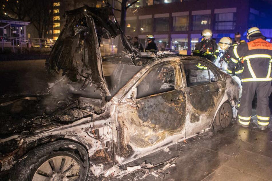 Der Streifenwagen brannte komplett aus.