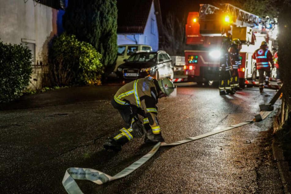 Ein Feuerwehrmann legt einen Löschschlauch zurecht.