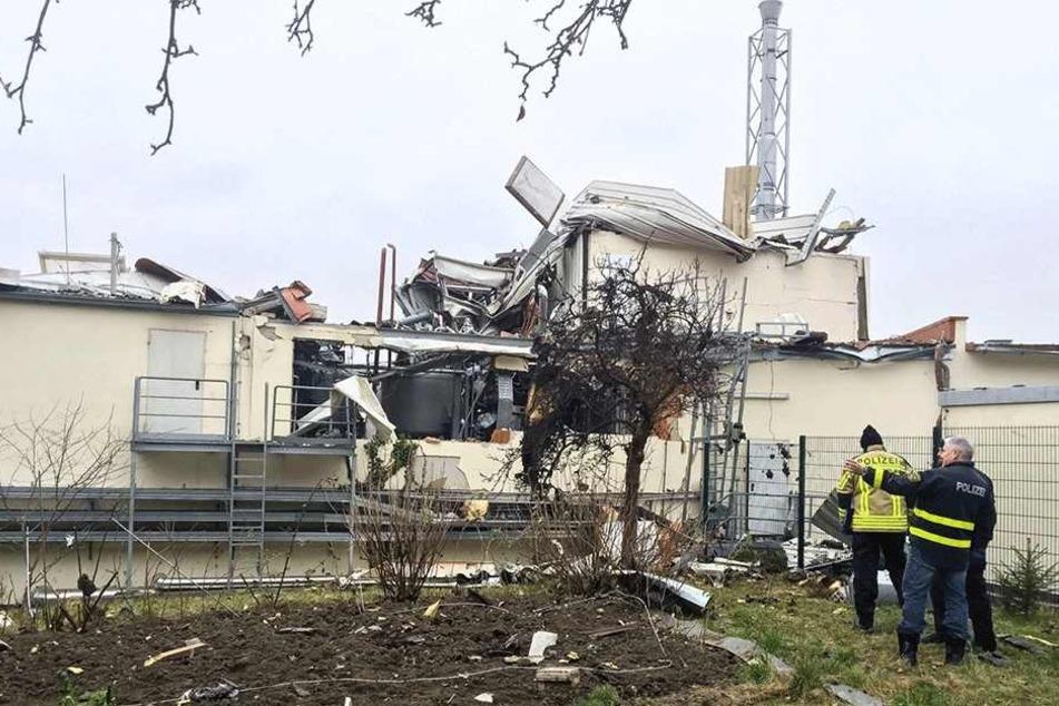 Die Chemieanlage nach dem Unglück. Trümmerteile schossen damals auf die Nachbarhäuser und auch entfernt gelegene Grundstücke.
