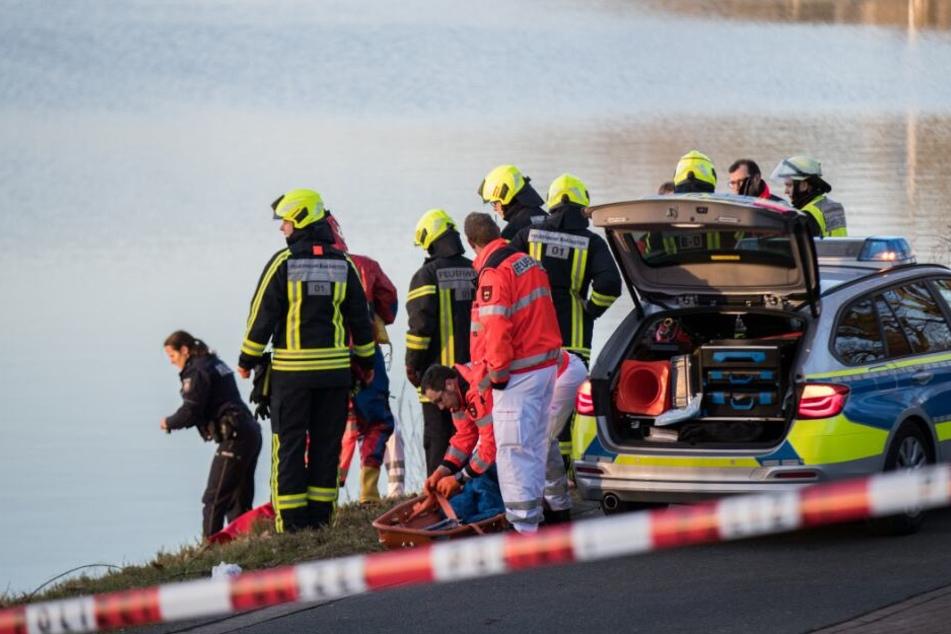 Einsatzkräfte haben eine Leiche aus dem See geborgen. (Symbolbild)
