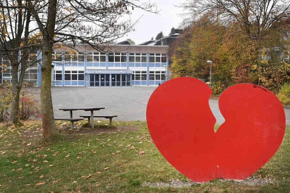 Die Skulptur eines gebrochenen Herzens steht vor vor dem Schulzentrum in Wenden.