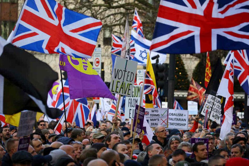 Teilnehmer einer Pro-Brexit-Demonstration, ziehen durch die Stadt.