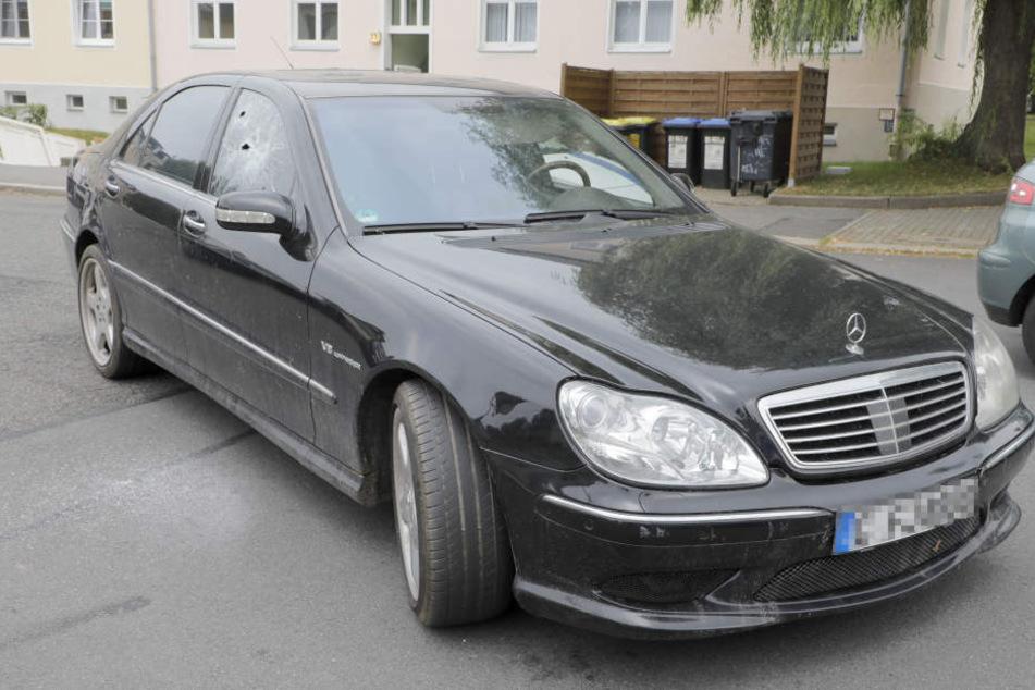 Die Polizisten stoppten diesen Mercedes nach einer Verfolgungsjagd. Bei der Festnahme ging die Seitenscheibe zu Bruch.
