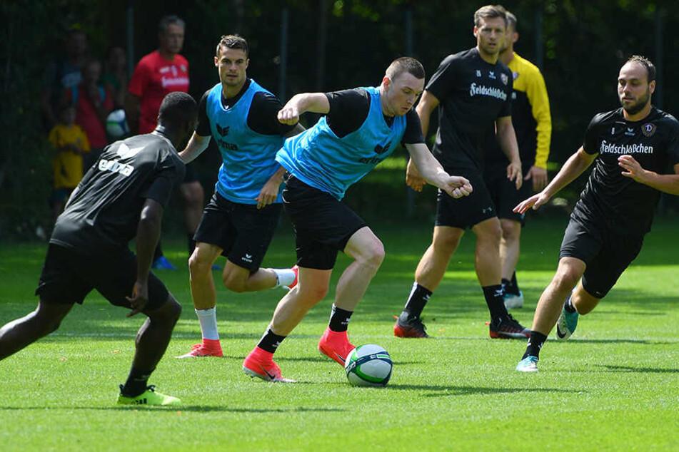 Haris Duljevic (M., am Ball) deutete im ersten Training zumindest an, was er kann.