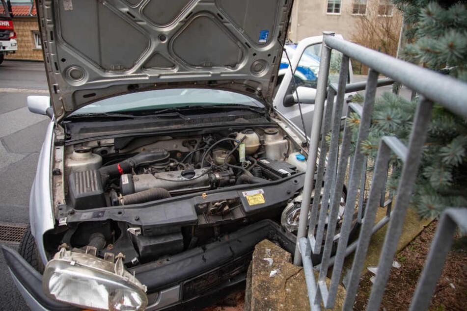 Auch das Auto wurde bei dem Unfall in Mitleidenschaft gezogen.