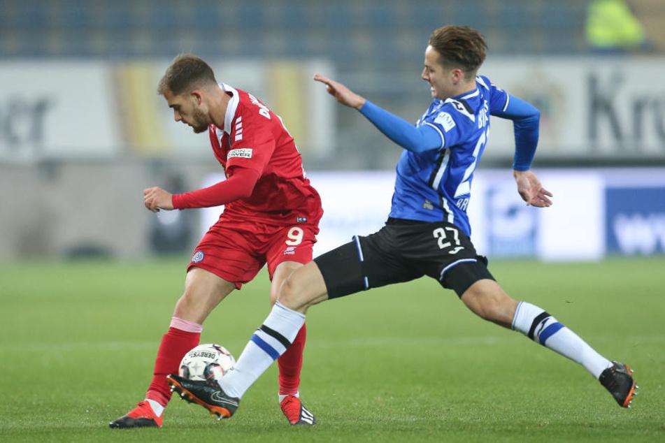 Bielefelds Cedric Brunner (re.) im Kampf um den Ball mit Ahmet Engin.