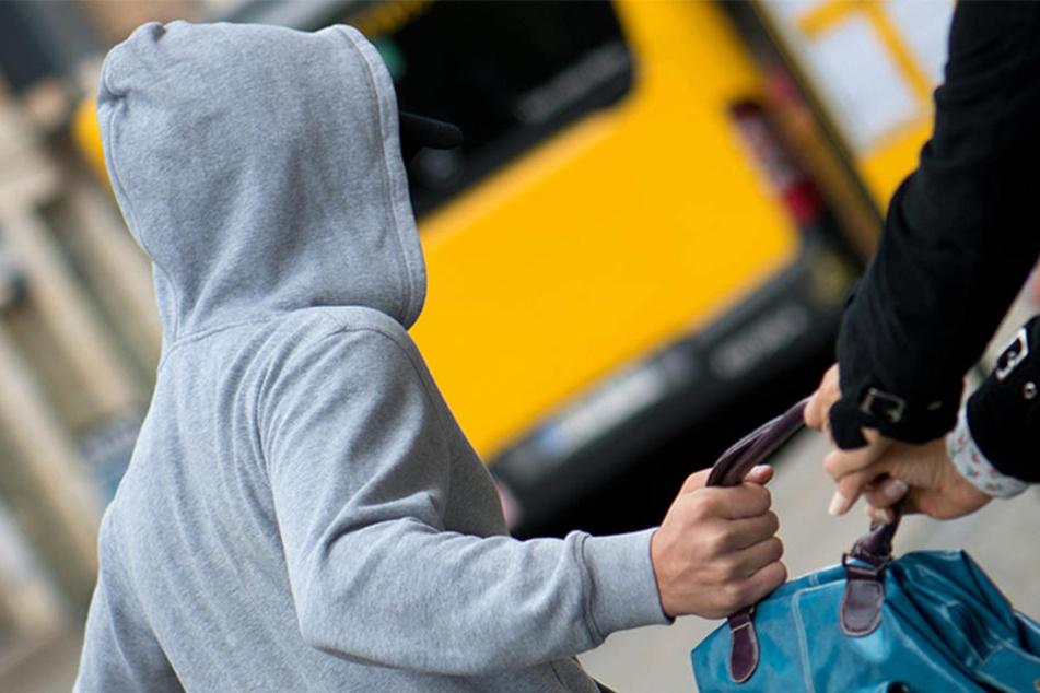 Weil die 19-Jährige ihr iPhone festhielt, zog der Räuber die junge Frau über den Fußweg. (Symbolbild)