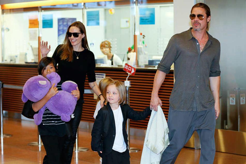 Hier war die Welt noch in Ordnung: Jolie und Pitt mit drei ihrer Kinder.