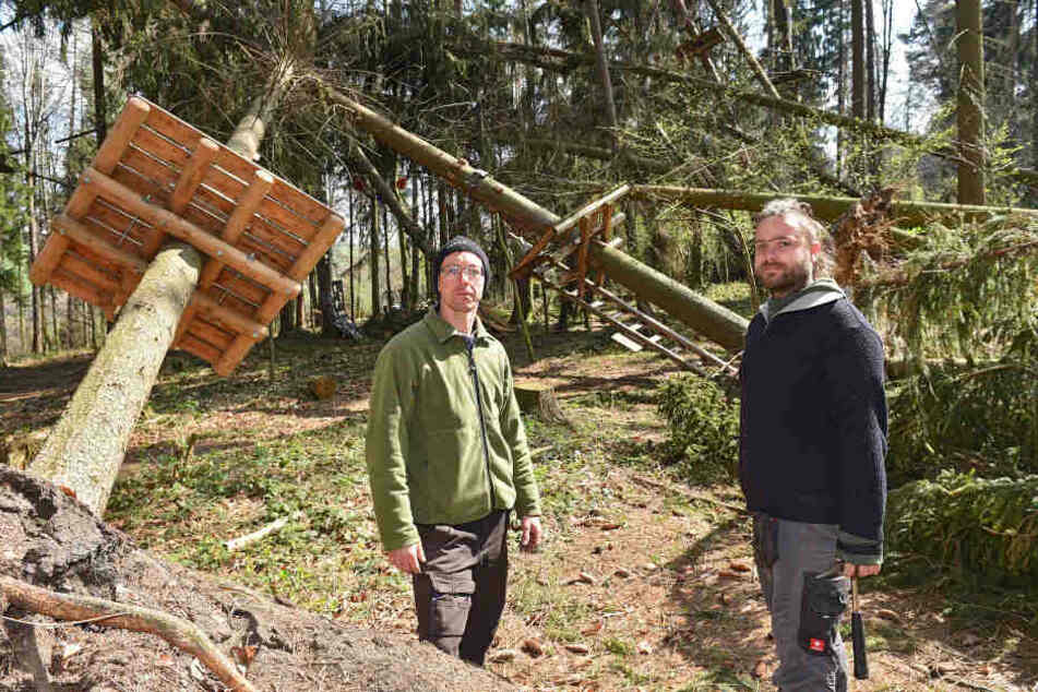 René Petzold (36) und Danny Schubert (34) sind noch immer mit den Aufräumarbeiten im Kletterwald beschäftigt.