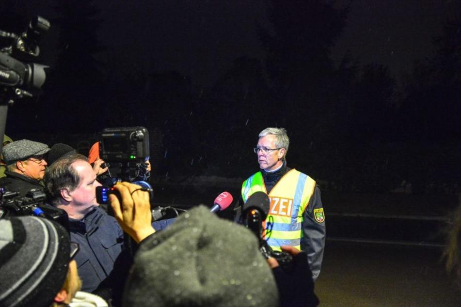 Der Pressesprecher der Polizeidirektion Sachsen-Anhalt Süd, Ralf Karlstedt, teilte den Journalisten den Einsatzabbruch mit.