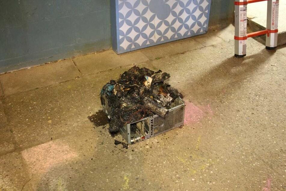 In das Gehäuse eines PCs waren Müll und Spraydosen gestopft und diese dann angezündet worden.