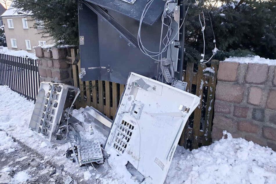 Explosion mitten in der Nacht: Zigarettenautomat gesprengt