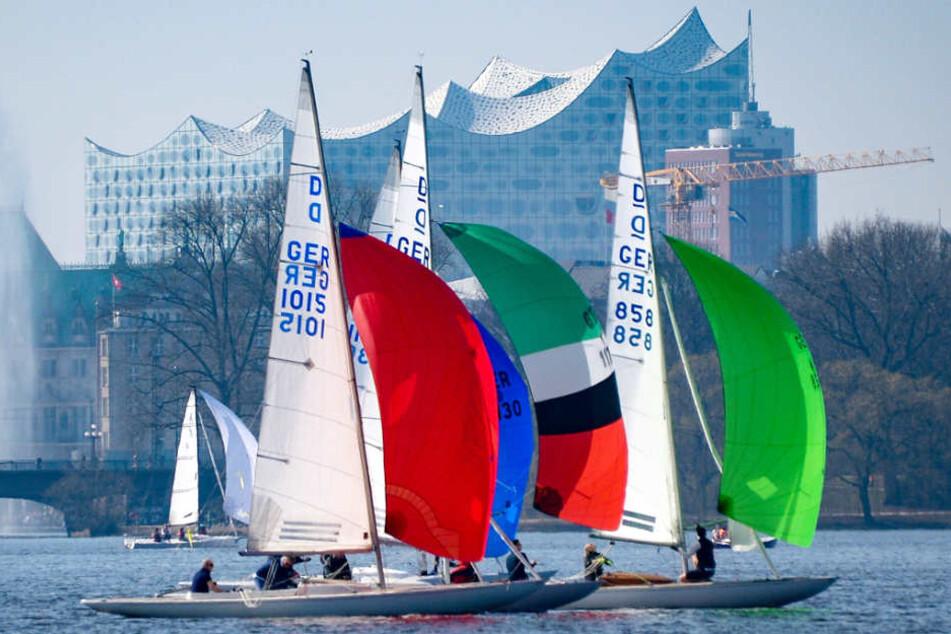 Bei dem Sommerwetter muss man ans oder am besten aufs Wasser, wie hier an der Außenalster in Hamburg.