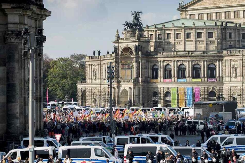 Jeden Montag demonstriert PEGIDA auf zentralen Plätzen in Dresden, wo wie hier auf dem Theaterplatz.