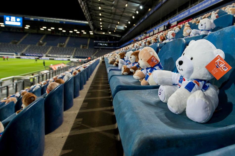 In diesem Fußball-Stadion sitzen 15.000 Teddybären: Das ist der traurige Grund