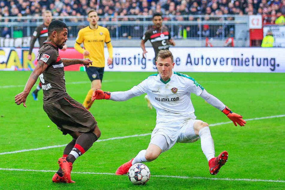 Dynamos Markus Schubert (r.) verhinderte in der 68. Minute den zweiten Treffer von Paulis Jeremy Dudziak, der es aus spitzem Winkel versuchte.