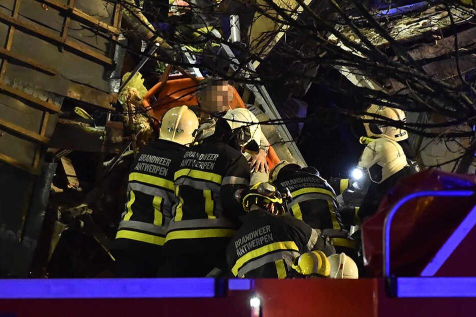 Rettungskräfte bergen einen Verletzten.
