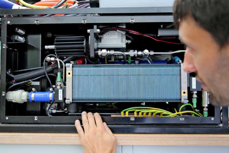 Ein Wissenschaftler baut eine Brennstoffzelle - für ein Auto - zusammen. (Archivbild)