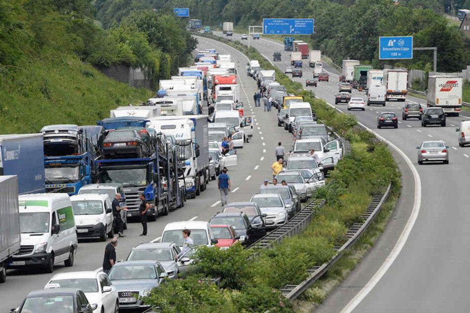 Alle Verkehrsteilnehmer bildeten eine Rettungsgasse für Krankenwagen und Polizei.