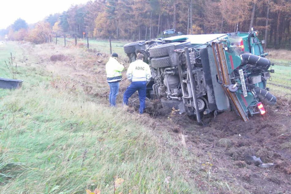 Der Lastwagen kam von der Fahrbahn ab und kippte auf den Grünstreifen.