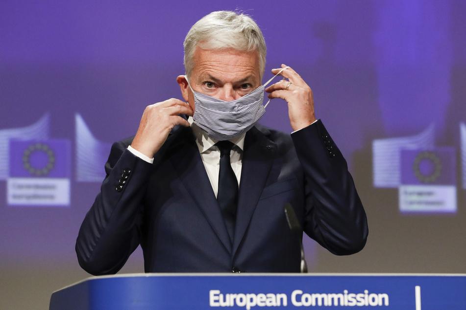Didier Reynders, EU-Kommissar für Justiz, nimmt seinen Mundschutz vor einer Pressekonferenz zu Kriterien für Reisebeschränkungen im Rahmen der Corona-Pandemie ab