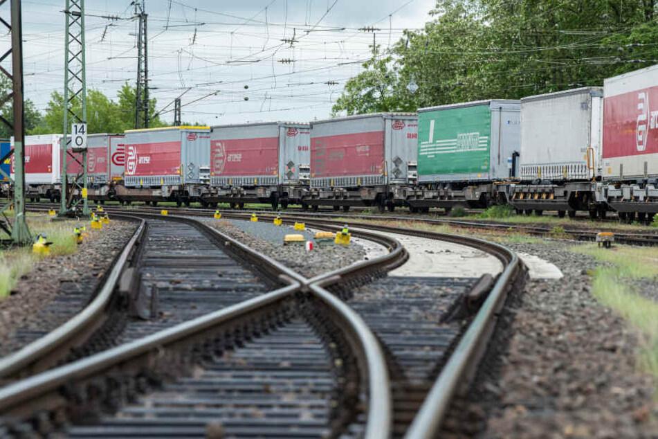 Der Mann wurde vom Sog des Güterzuges zu Boden geschleudert. (Symbolbild)