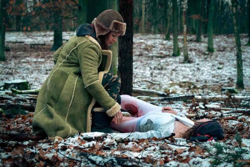 Die Bloggerin Charlie (Stefanie Stappenbeck) findet an einem eiskalten Wintertag im Wald die tote Joggerin Carolina Gröning (Tatiana Nekrasov).