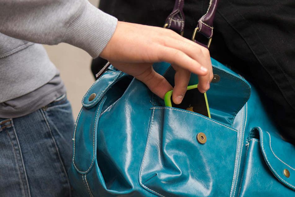 Auf Taschendiebe sollte man nicht nur in der Weihnachtszeit besonders acht geben.