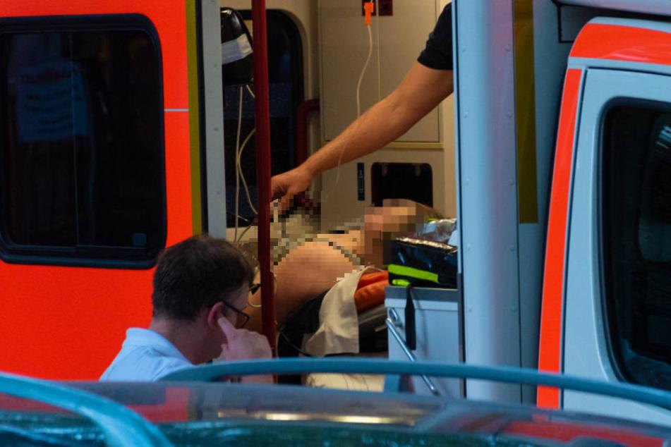 Die Frau wurde von den Rettungskräften versorgt.