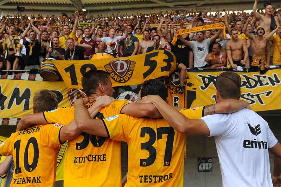 Der Lohn nach dem Sieg: Die Dynamos feierten mit den 4000 Fans.