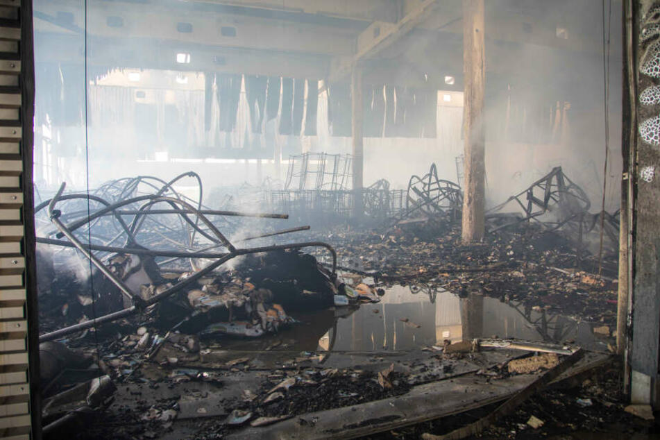 Das Innere der Halle ist verwüstet. Die gelagerten Verpackungsmaterialien sind nahezu komplett verbrannt.