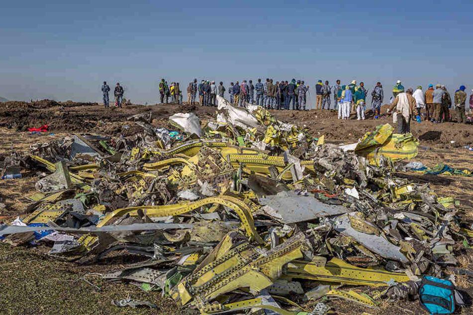 Überreste des Flugzeugwracks der Ethiopian Airlines am Absturzort in der Nähe von Bishoftu südlich von Addis Abeba.
