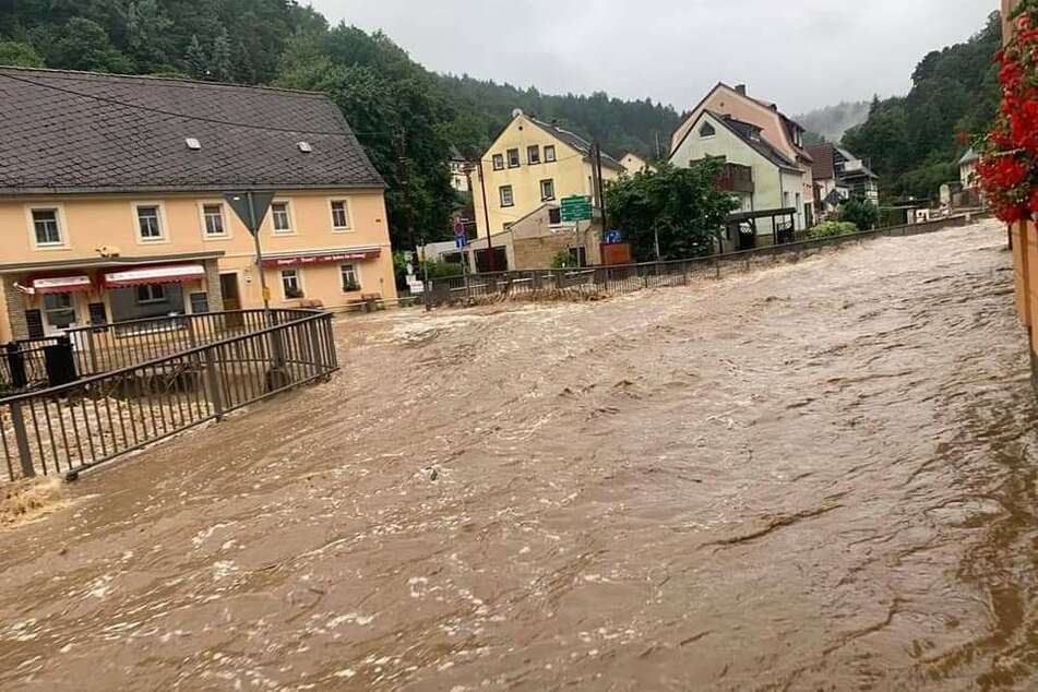 Im Ortsteil Krippen bahnen sich die Wassermassen bereits ihren Weg.